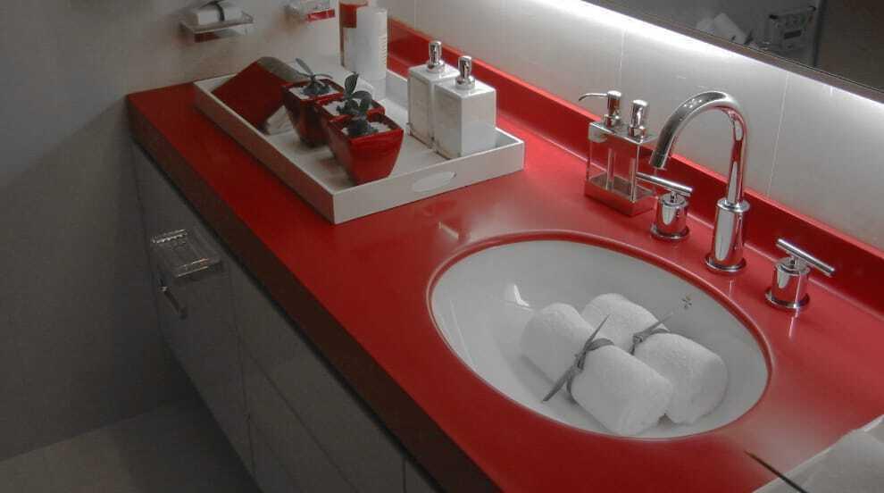 Какую столешницу выбрать для ванной комнаты